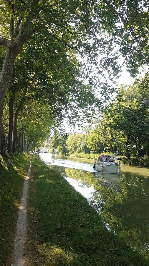 Canal du Midi, liant la ville de Toulouse à la mer Méditerranée cependant plus de 300 kilomètres de voies d'eau et de serrures image libre de droits