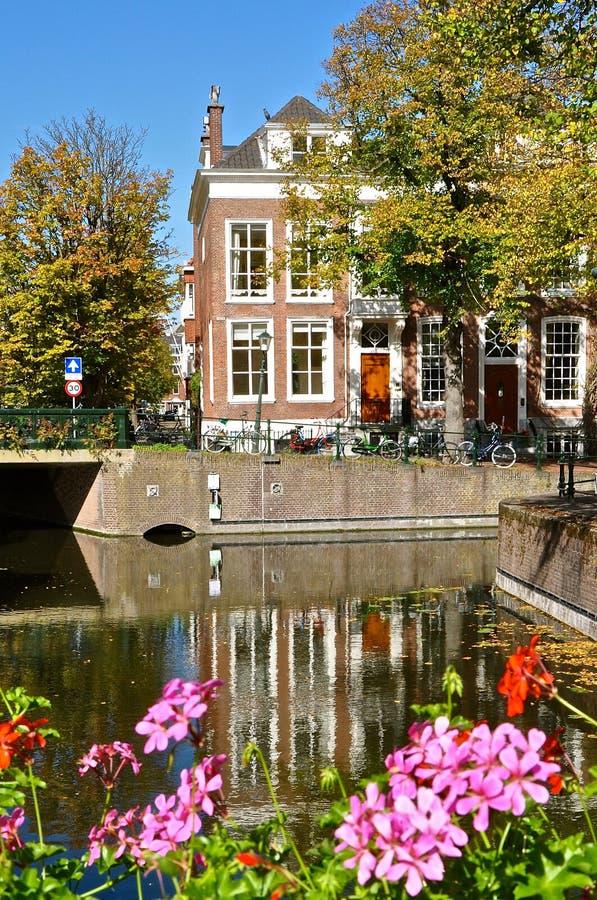 Canal e casa holandeses imagem de stock royalty free