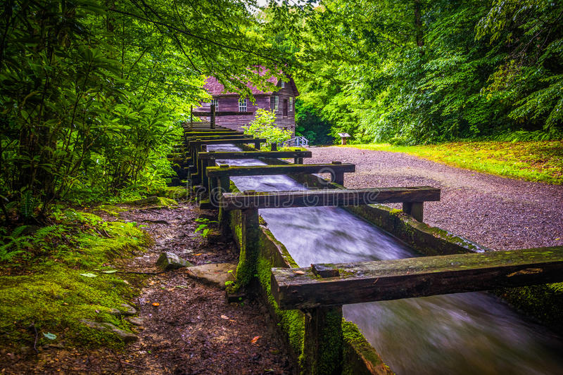 Canal e fuga no moinho de Mingus, Great Smoky Mountains P nacional foto de stock