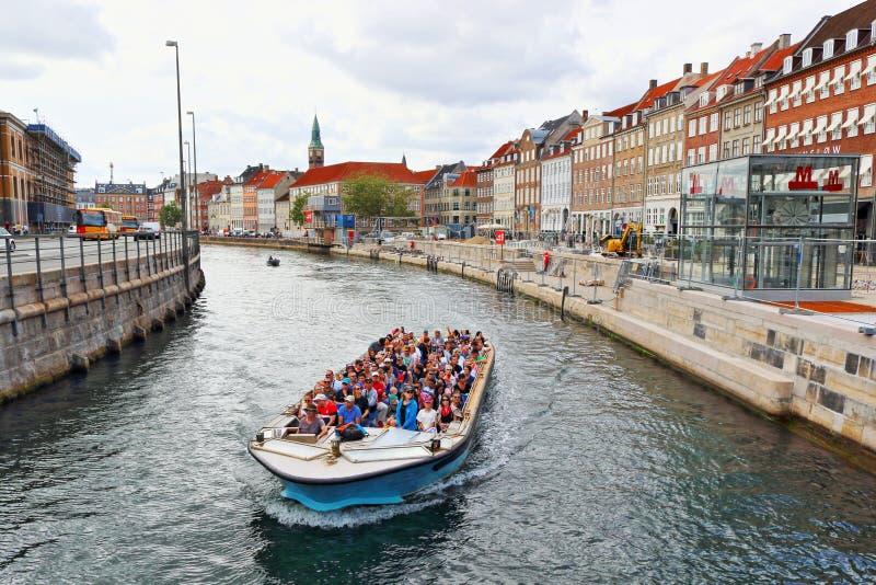 Canal e Gammel Strand Colour houses Copenhaga Dinamarca foto de stock