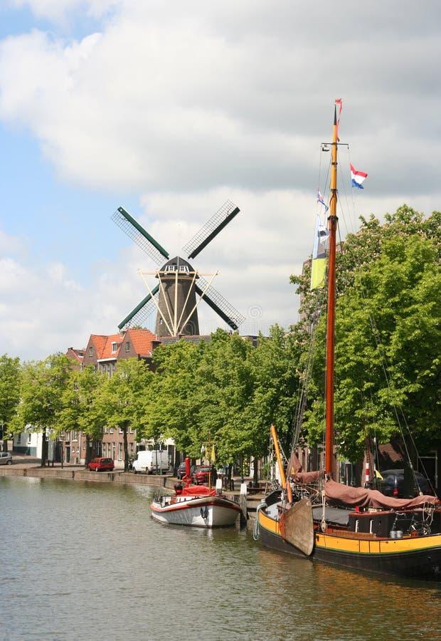 Canal e moinho de vento holandeses fotografia de stock