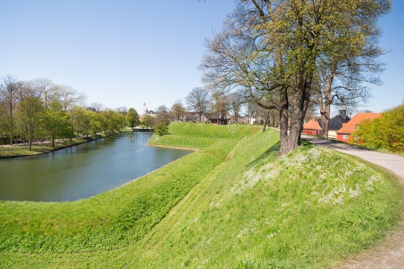 Canal e o complexo da prisão no lado traseiro da igreja em c imagens de stock royalty free