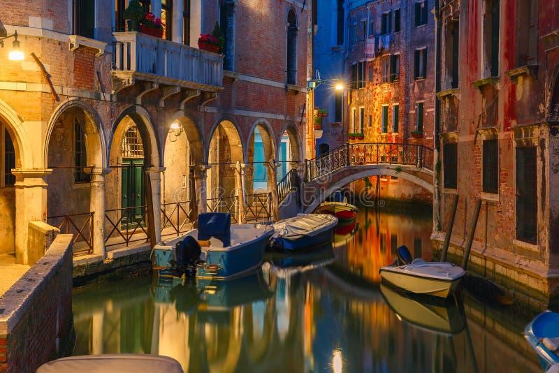 Canal e ponte laterais da noite em Veneza, Itália imagens de stock