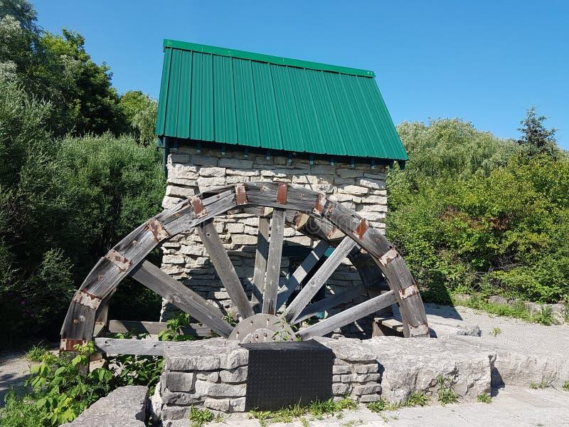 Canal e roda de água para molhar as explorações agrícolas foto de stock