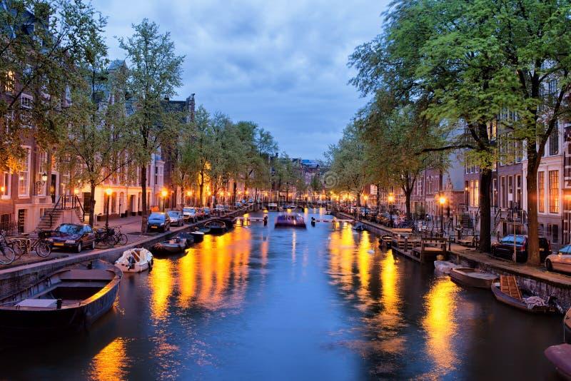 Canal em Amsterdão no crepúsculo fotos de stock
