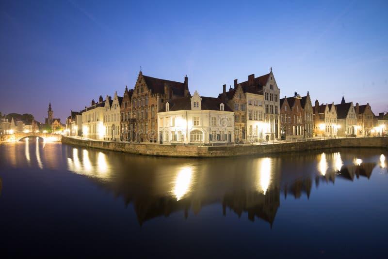Canal em Bruges na noite fotos de stock royalty free