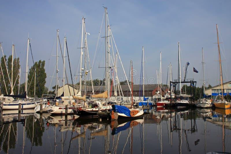 Canal em Harlingen imagem de stock