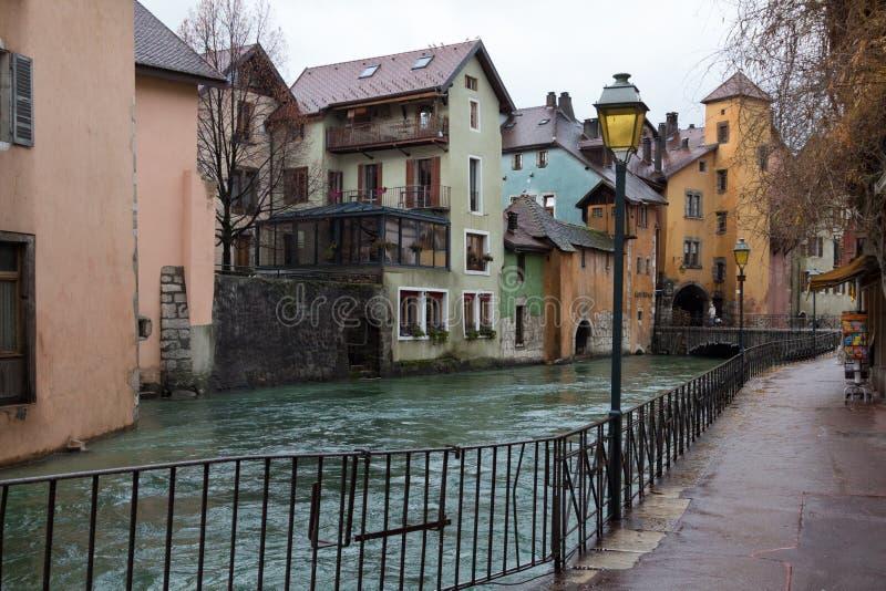 Canal en Annecy, casas coloridas foto de archivo libre de regalías