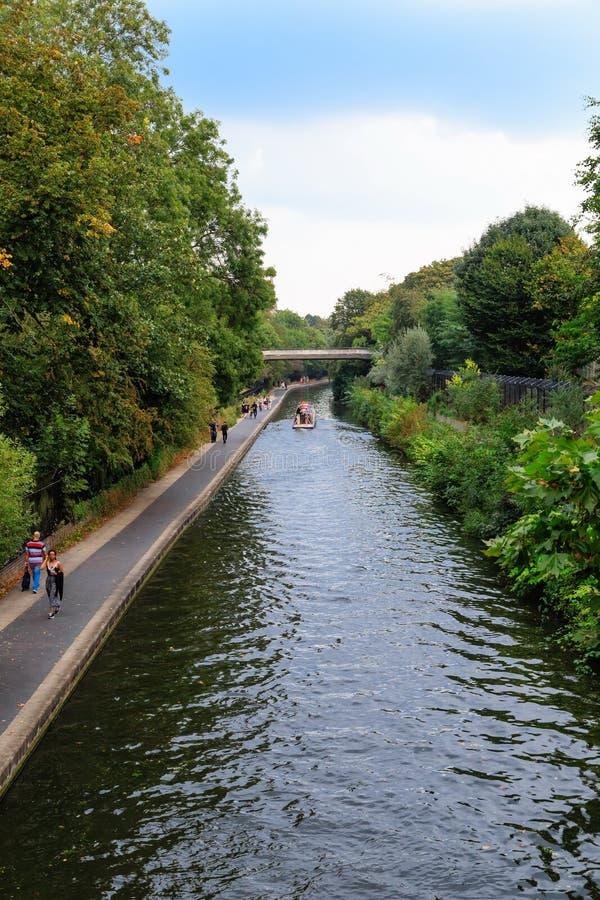 Canal en el parque de Londres imagen de archivo