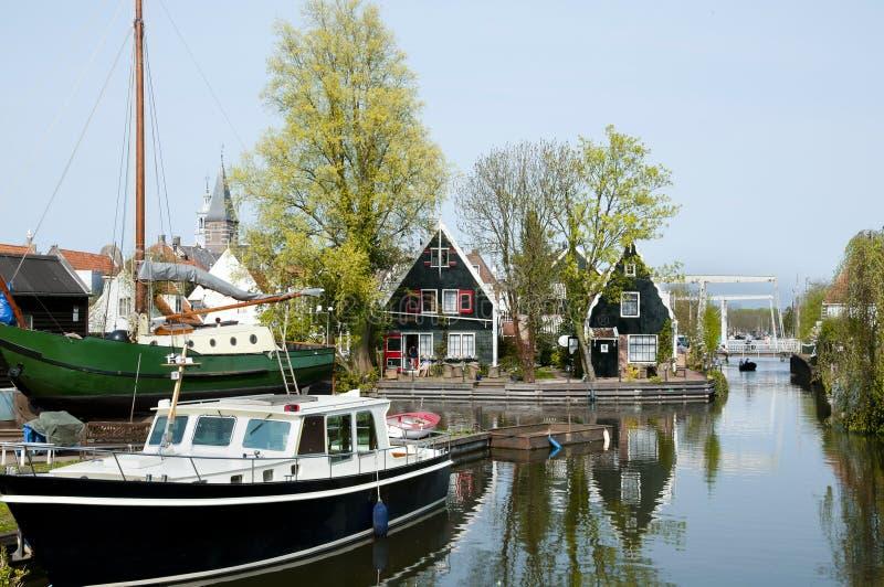 Canal en el queso Edam - Países Bajos fotos de archivo