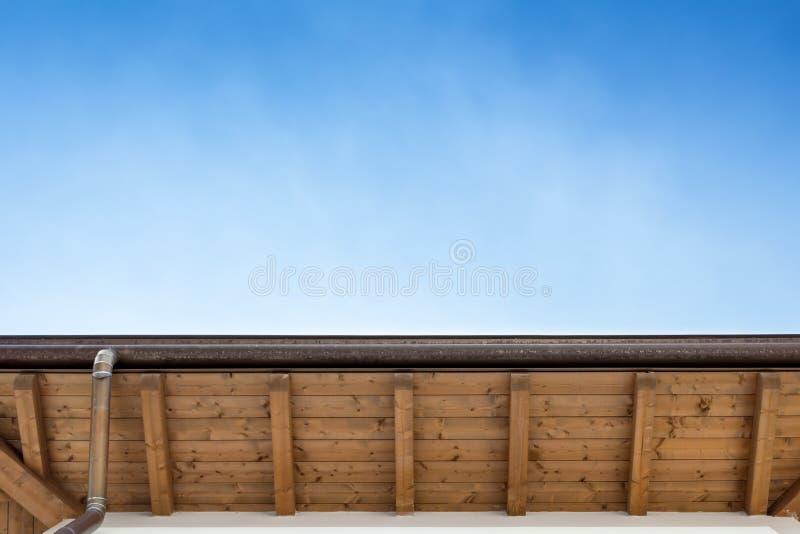 Canal en el top del tejado de la casa foto de archivo libre de regalías