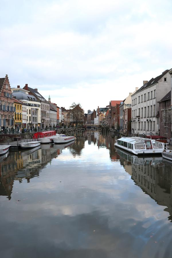 Canal en Gante céntrica, Bélgica imagen de archivo