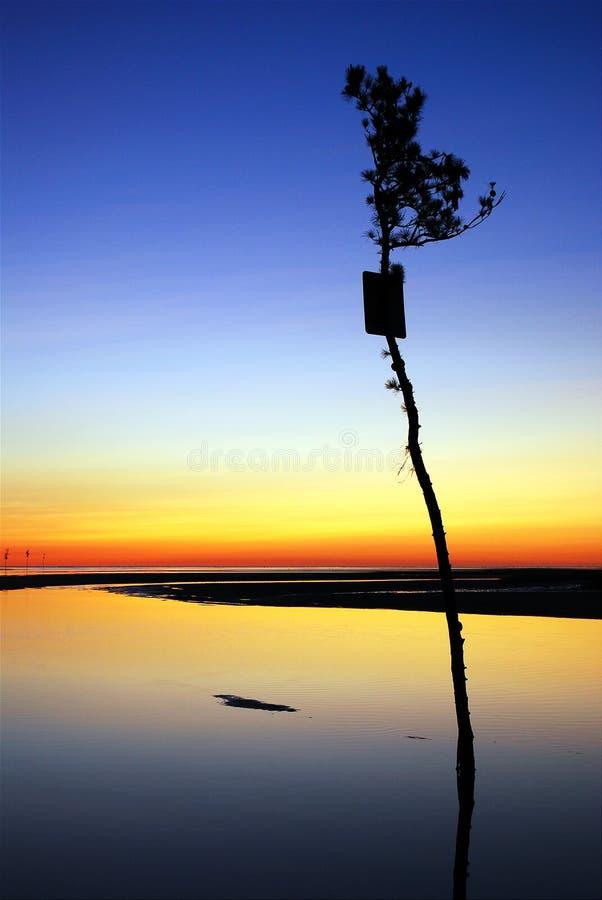 Canal en la puesta del sol imagenes de archivo