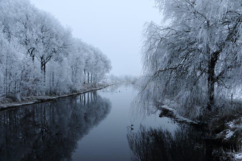 Canal en los Países Bajos en invierno fotos de archivo