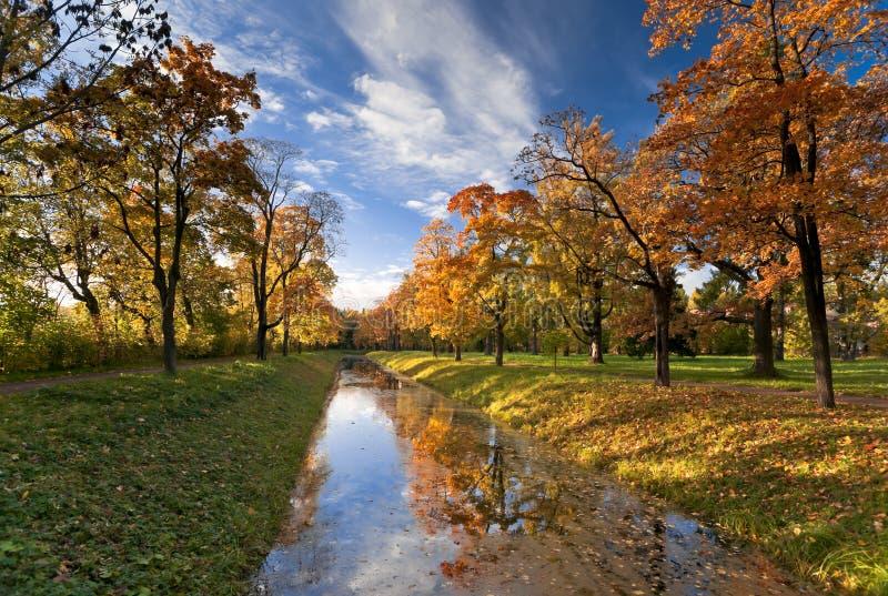 Canal en parc d'automne image libre de droits