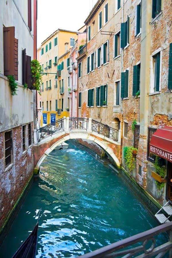 Canal en Venecia y restaurante fotografía de archivo