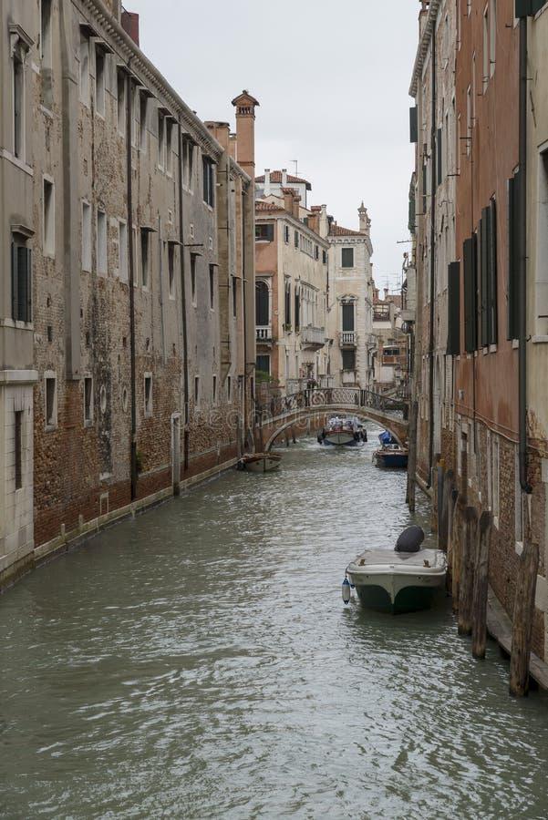 Canal estrecho tradicional con g imagen de archivo libre de regalías