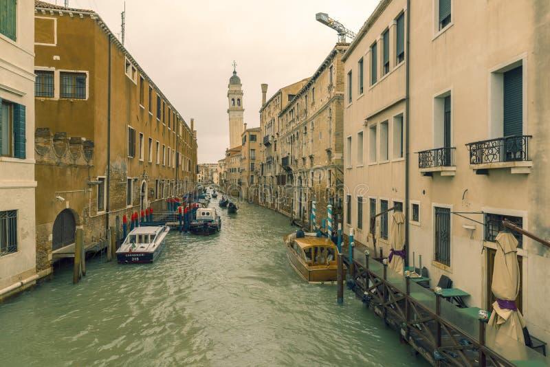 Canal estrecho tradicional con las góndolas en Venecia, Italia imágenes de archivo libres de regalías