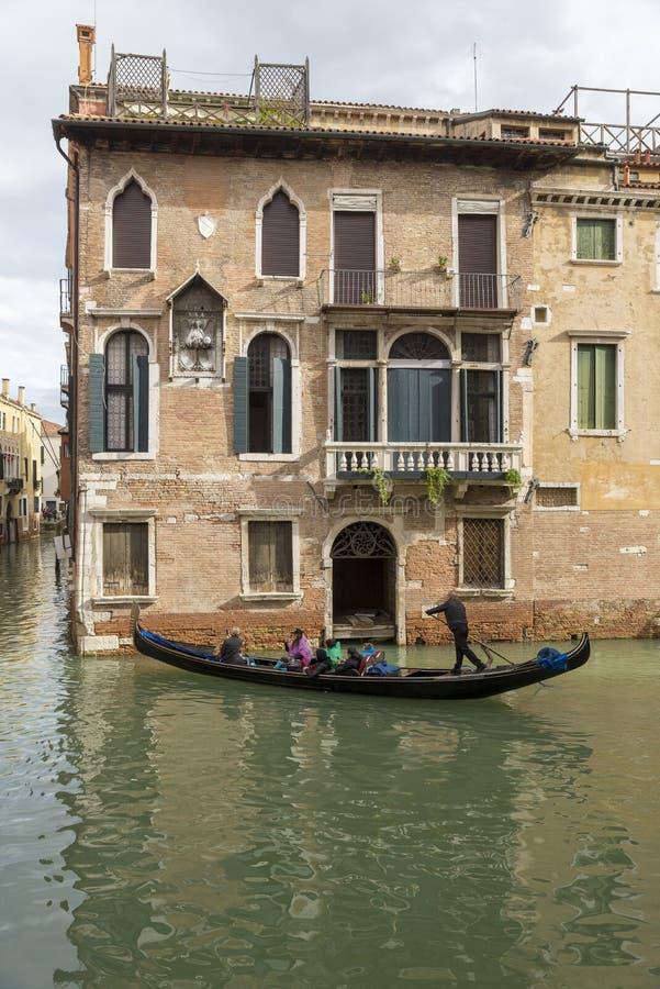 Canal estrecho tradicional con las góndolas en Venecia, Italia fotografía de archivo libre de regalías