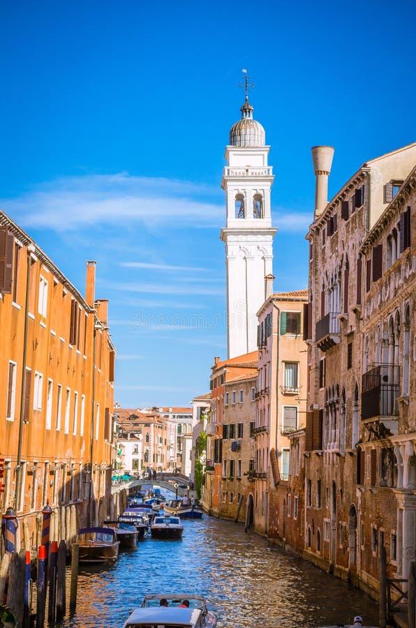Canal estrecho tradicional en Venecia, Italia imagen de archivo