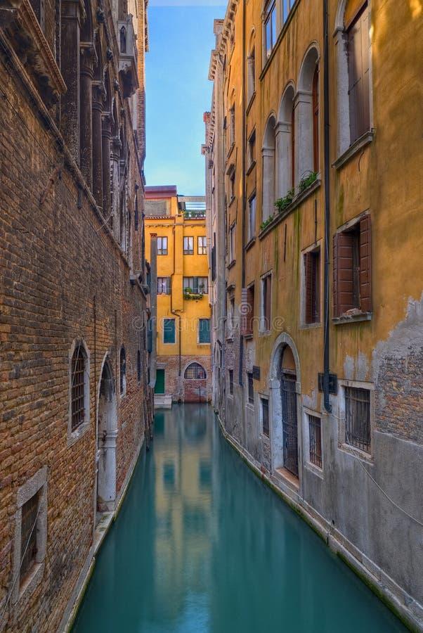 Canal estreito em Veneza, Italy foto de stock