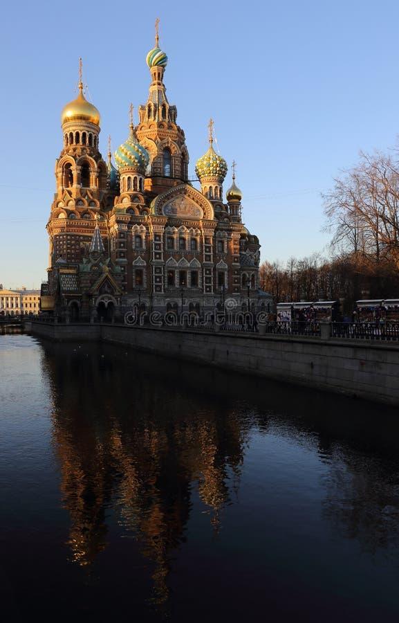 Canal et église St Petersburg Russie, l'église de soirée de St Petersbourg du sauveur sur le sang renversé image stock
