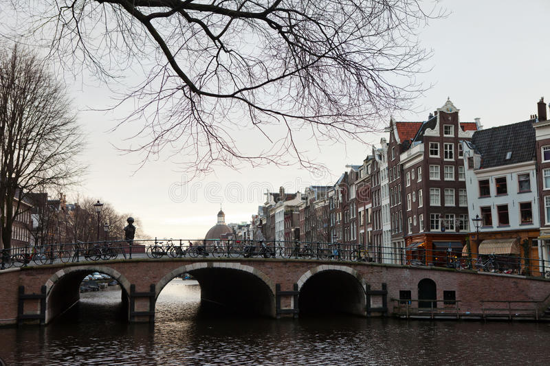 Canal et bicyclette typiques d'Amsterdam photo stock