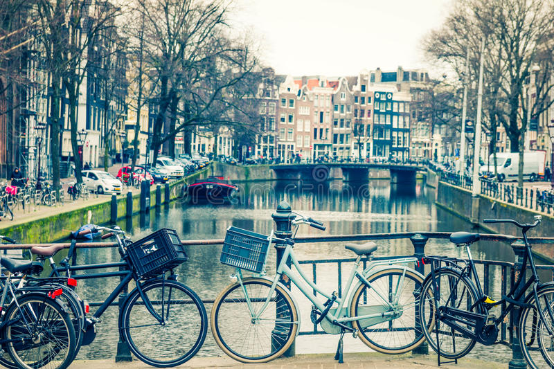 Canal et bicyclettes d'Amsterdam photos stock