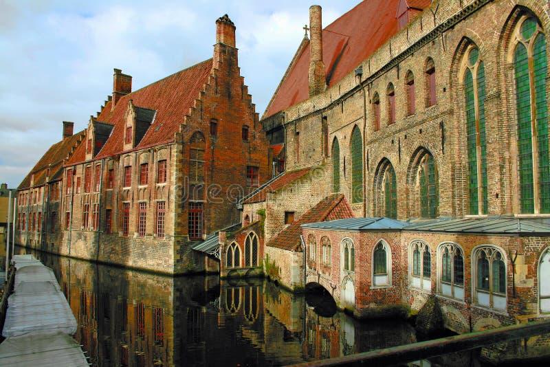 Canal et constructions à Bruges photographie stock libre de droits