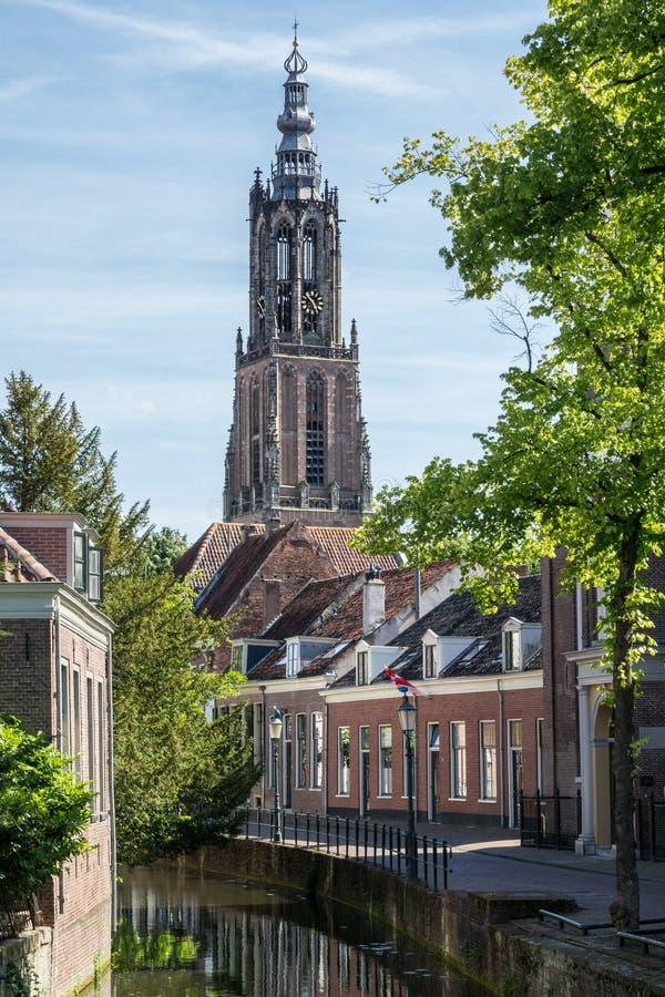 Canal et longue tour d'église de John à Amersfoort, Pays-Bas photographie stock
