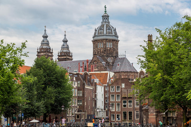 Canal et St Nicolas Church à Amsterdam photos stock