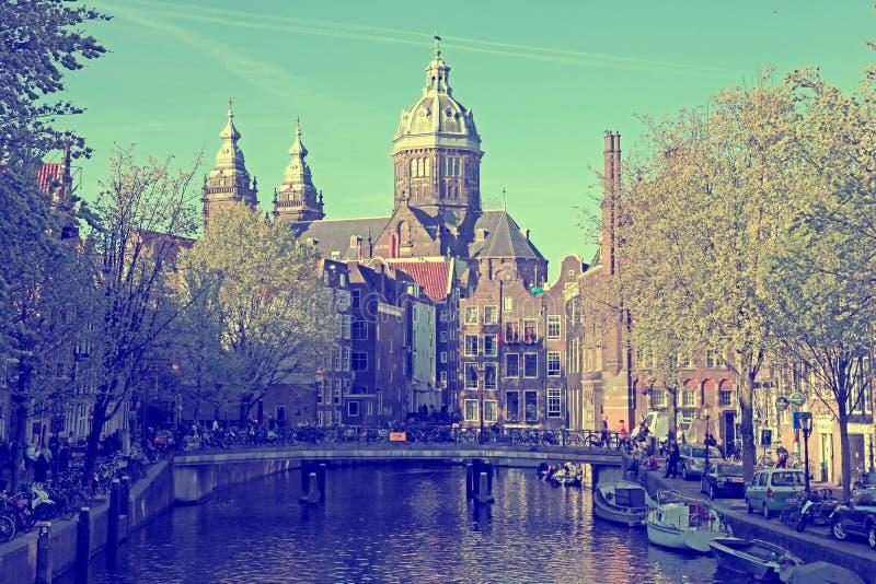 Canal et St Nicolas Church à Amsterdam, le NetherlandsCanal image libre de droits