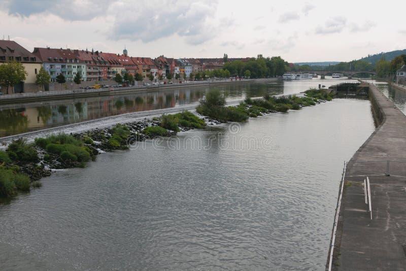 Canal, fechamento, rio e cidade Rzburg do ¼ de WÃ, Baviera, Alemanha imagem de stock royalty free