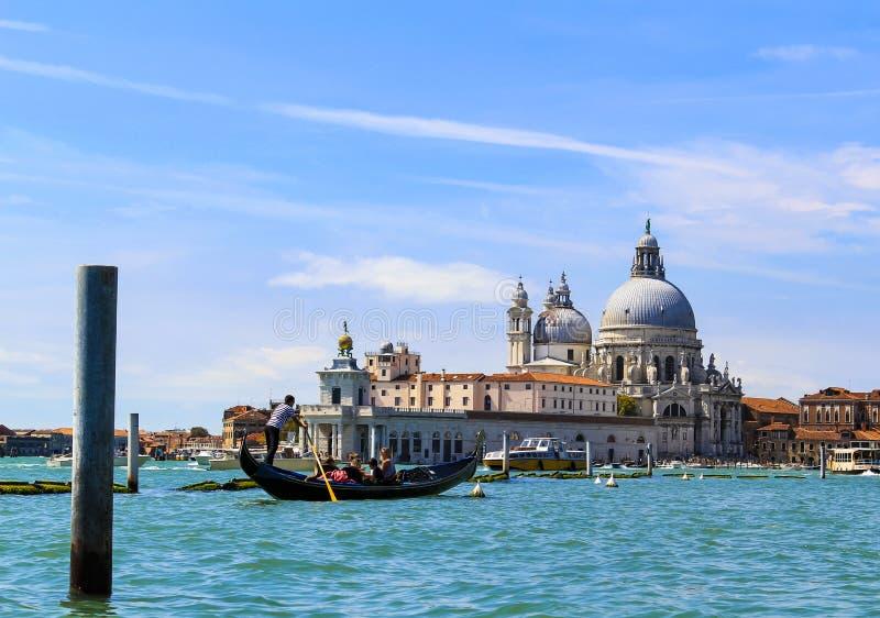 Canal, gôndola e arquitetura de Veneza Itália fotos de stock