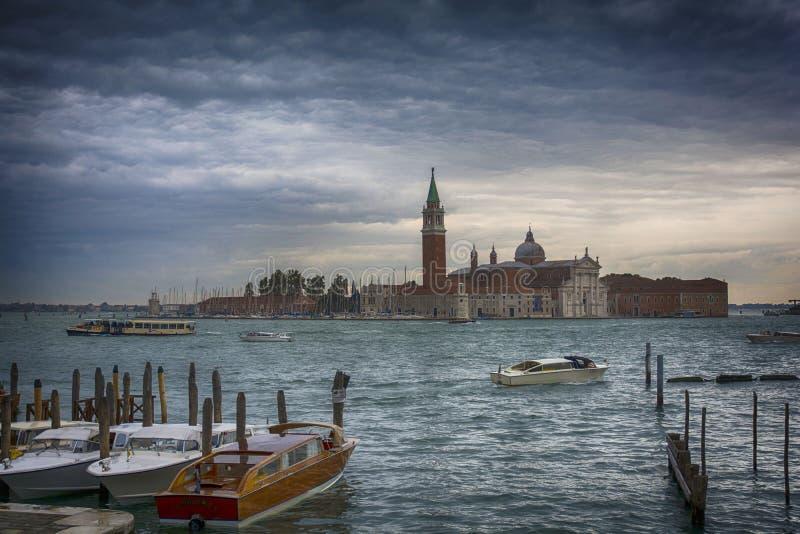 Canal grand avec l'église de San Giorgio Maggiore à l'arrière-plan photo stock