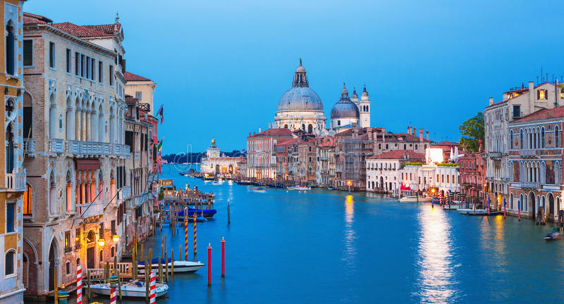 Canal grand avec la basilique Santa Maria della Salute à l'arrière-plan, Venise, Italie photos libres de droits