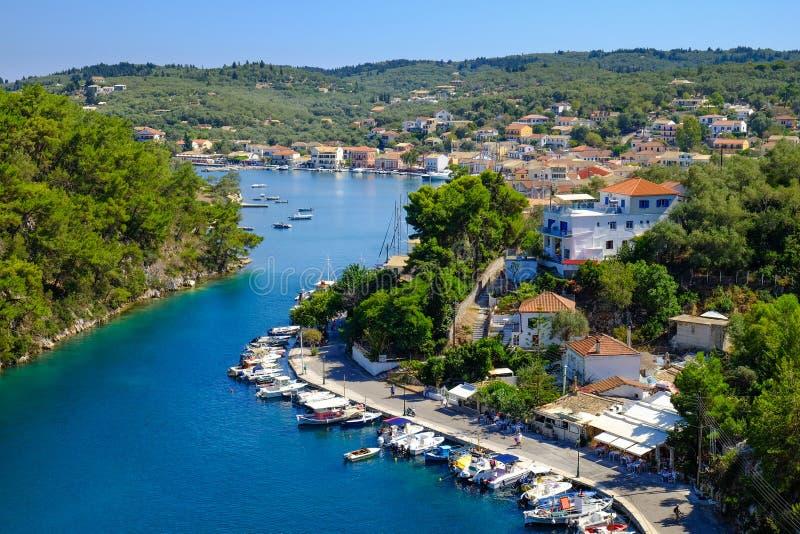 Canal grand d'île de Paxos avec des bateaux ancrés et le hou traditionnel photo libre de droits