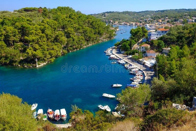 Canal grand d'île de Paxos avec des bateaux ancrés et le hou traditionnel image libre de droits