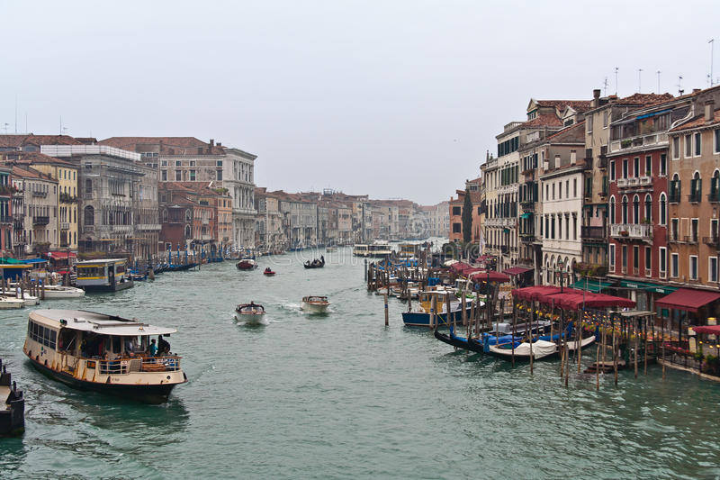 Download Canal grand de Venise photo stock éditorial. Image du restaurants - 16862028