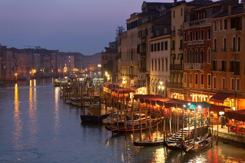 Canal grand la nuit, Venise. photographie stock