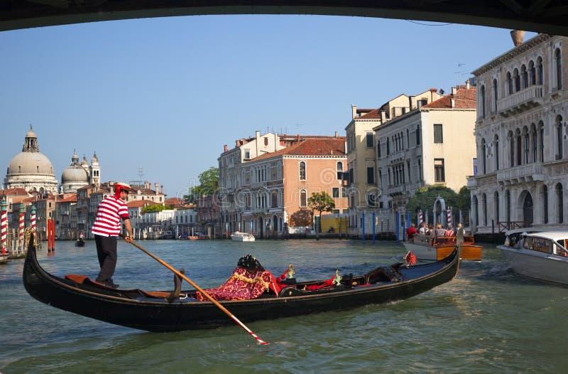 Canal grand Venise de pont en gondole photographie stock