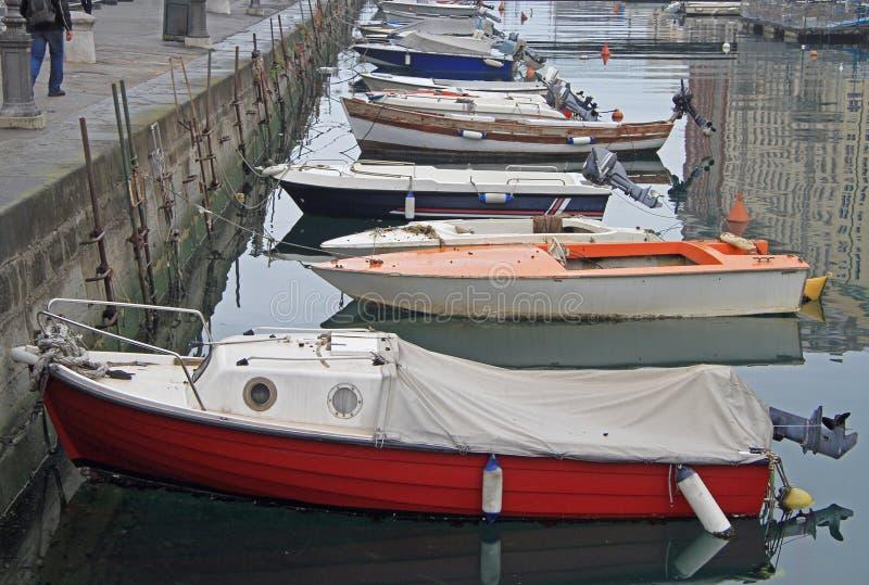 Canal grande con los barcos en centro de ciudad de Trieste imagenes de archivo