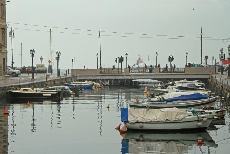 Canal grande con los barcos en centro de ciudad de Trieste foto de archivo