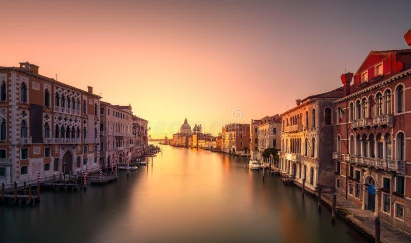 Canal grande di Venezia, punto di riferimento della chiesa di Santa Maria della Salute a immagini stock libere da diritti