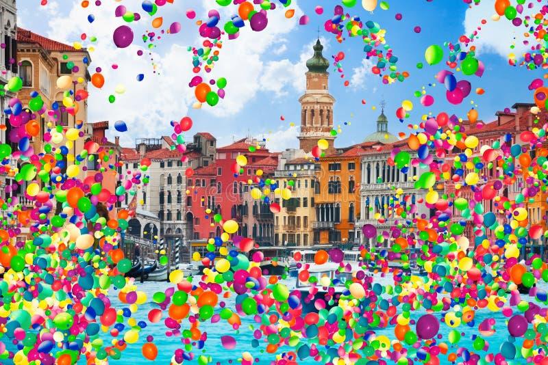 Canal grande e muitos barcos com balões de ar fotografia de stock royalty free