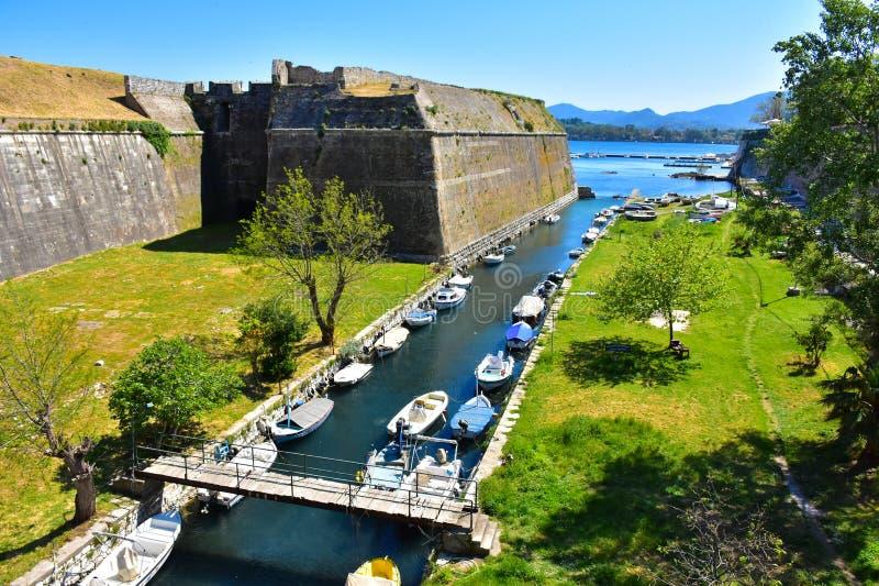 Canal grande fora das paredes velhas da fortaleza de Corfu imagens de stock