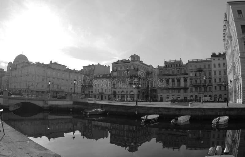 Canal grande y portuario en la ciudad, Trieste, Italia 2019 Foto blanco y negro de Pekín, China imagenes de archivo