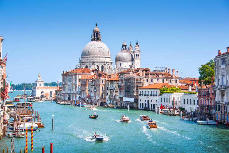Canal grandioso com di Santa Maria della Salute da basílica em Veneza, Itália foto de stock