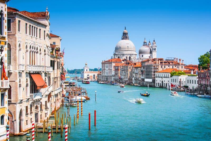 Canal grandioso com di Santa Maria della Salute da basílica em Veneza, Itália fotos de stock