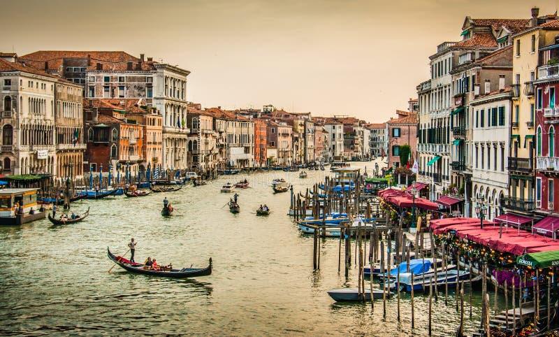 Canal grandioso da ponte famosa no por do sol, Veneza de Rialto, Itália fotografia de stock royalty free